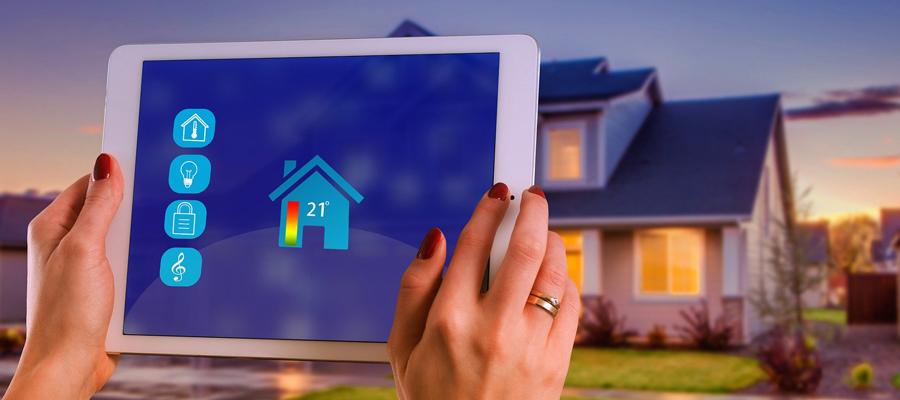 Un ipad qui controle une maison connectée domotique